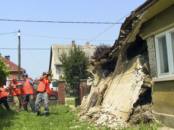 NA volunteers help demolish houses destroyed by flooding in Felsőzsolca (Hungary).