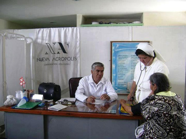 "New Acropolis Social Volunteerism: health professionals provided care to elders at the ""Santa Ana y San Joaquin"" nursing home."