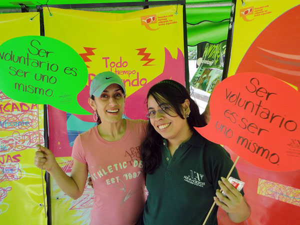 Volunteers from NA Guatemala promote International Volunteer Day.